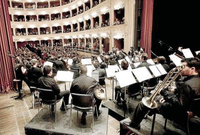 Els prop de 4.000 cantaires ocupen gairebé tot el teatre, que té capacitat per 5.000 espectadors.