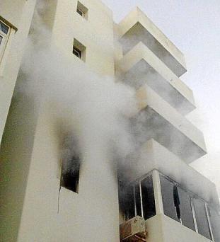 En el centro de la imagen se puede observar cómo sale humo de la vivienda siniestrada
