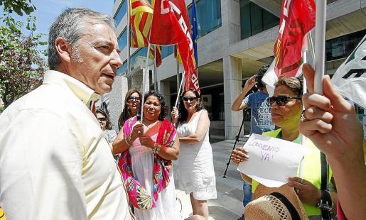 La presidenta del Parlament, Margalida Durán, recibe con un abrazo al presidente del Govern, José Ramón Bauzá, en presencia de los vicepresidentes de la institución, Antoni Diéguez y Pere Palau