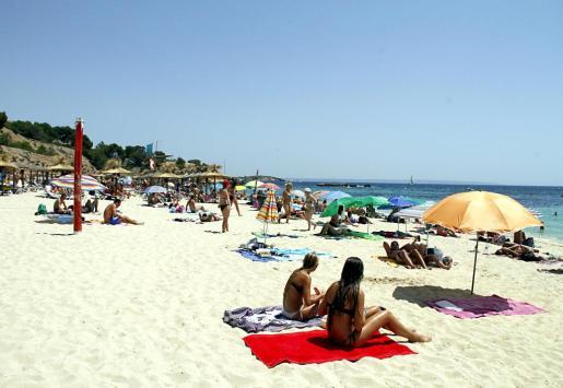Residentes y usuarios de esta playa han expresado sus quejas y malestar por el intenso color verdoso que presentan las aguas de la cala desde hace días.