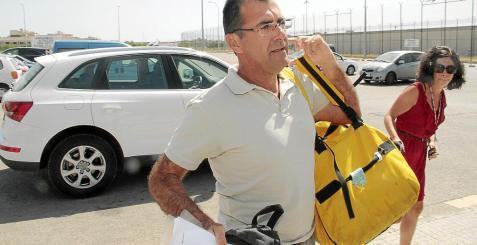 Los pilotos aterrizaron en un terreno rústico en Ciutadella, donde fueron recibidos con júbilo por amigos y aficionados