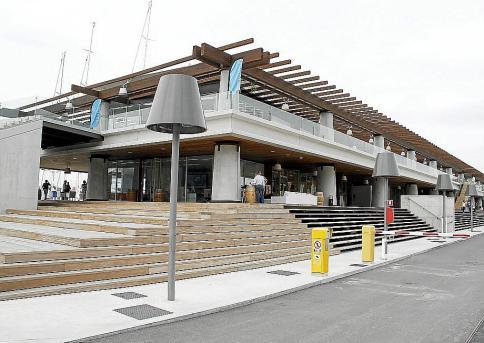 Menorca Ciutadella Cala Macarella playa turistas gente mucha embarcac
