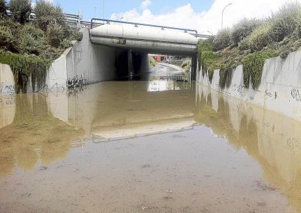 La corriente arrastró este Mercedes más de 100 metros, desde las casas del Molí de Baix hasta ir a parar al torrente