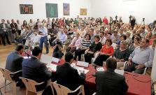 El líder Unidad Popular-Izquierda Unida, Alberto Garzón (c), durante su intervención para valorar los resultados electorales