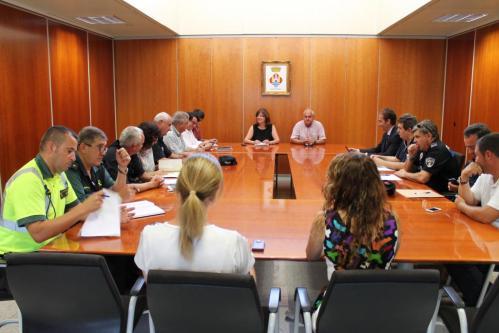 Mesa. Momentos antes de constituirse el órgano de contratación, los empresarios aguardaban en el vestíbulo de la sede del Consell-JAVIER