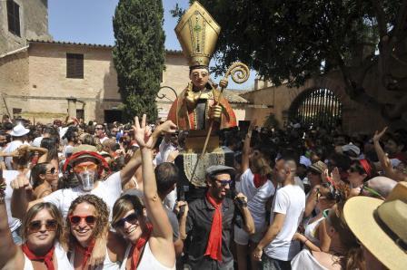 Puesta a punto de la playa de Arenal d'en Castell por Semana Santa