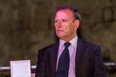 El menorquín Joan Cardona ejecuta una maniobra en plena regata