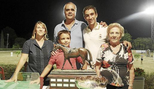 La presidenta de l'Ateneu, Margarita Orfila, amb dos vocals, i Dolores Olivares amb els tres fills.