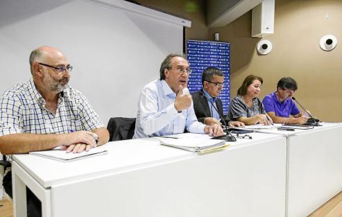 L'Ajuntament va acollir la presentació, a càrrec de Josep Pons Fraga, dels llibres de Margarita Caules, amb la presència del batle Francesc Ametller i els exbatles Ramon Orfila i Antoni Pons Fuxà