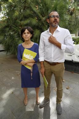 El director de la Oficina de Defensa del Menor, Joan Marc Tur; la consellera de Servicios Sociales y Cooperación, Fina Santiago