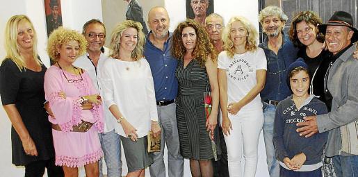 Ricard Terré, a la derecha y Javier Tejero, se abrazan durante el comité insular del PSOE celebrado este lunes