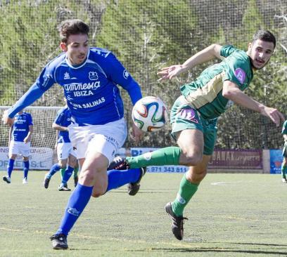 Xavi y Biel presionan al jugador del Sóller, Miquel Ramón, en la disputa de un balón