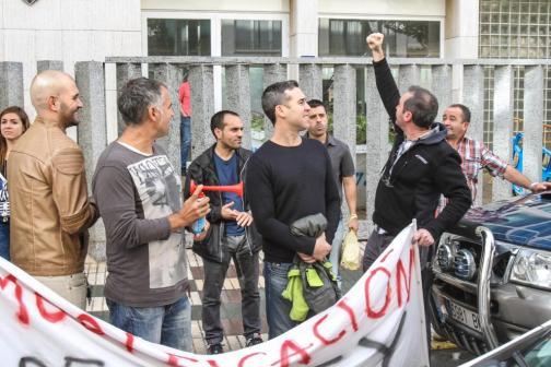 Manifestantes con una pancarta de protesta en Cala en Blanes.