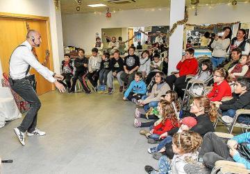Manolis Vournous, durante su visita a una de las aulas del centro educativo de Ciutadella