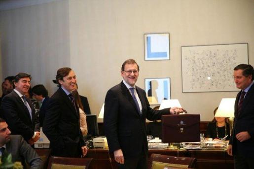El rey Felipe VI recibe al presidente del Gobierno en funciones, Mariano Rajoy (d), en la segunda jornada de su ronda de contactos para buscar candidato a la investidura.