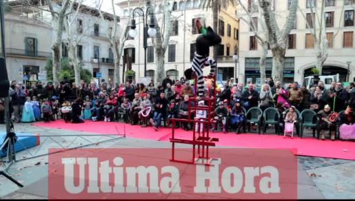 Las jugadoras del Avarca de Menorca, Daysa Delgado y Noelia Sánchez, intentan bloquear el ataque rival