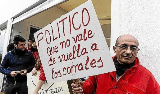 Enrich, junto a Eduardo Llanos, su representante, en el momento de sellar el nuevo acuerdo.