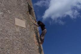 Detienen a dos jóvenes por un robo con fuerza en la Autoescola Es Castell