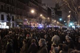 Más de 500 personas protestan en silencio ante el Consolat