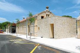 Que las paredes de la fachada de la planta baja del edificio consistorial de Ciutadella...