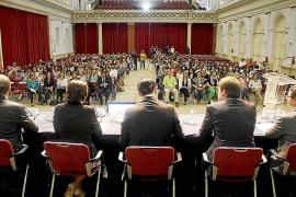 La protesta ante el pleno acaba con insultos al Partido Popular