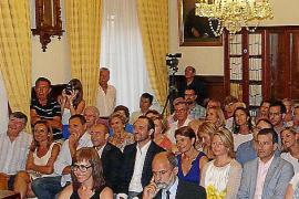 QUE así de sonrientes posaran el pasado lunes, en la plaza Constitució, la periodista Fanny Mateu...