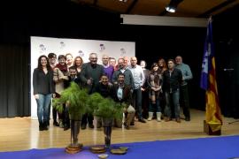 Àlex Suárez ya firma autógrafos como un madridista más