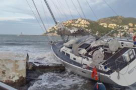 Un coche colisiona contra una farola en Ciutadella