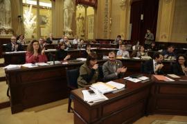 Un ciudadano francés rocía de harina al aspirante presidencial Manuel Valls