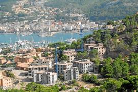 Los locales frente al muelle hundido en Ciutadella temen por la temporada