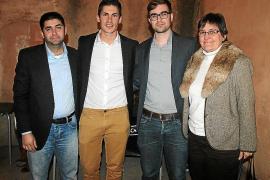 Un regidor de Podemos casa a un amigo disfrazado de cura